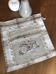 """Petit sac en lin , """"tracteur"""" , forme bourse, brodé main de la boutique AgnescreArt sur Etsy"""