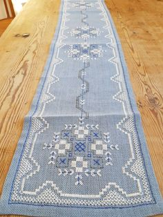 Beautiful floral cross stitch embroidered tablerunner tablecloth in mint condition. Spotless. The size is: 70 x 7 3/4 The material is linen, cottonthread Iallso offer combined shipping and refund if the shipping cost is overpaid. Contact me if you have questions Thank you for visit my