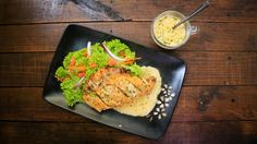 Lo más rico de esta receta es la salsa cremosa de mantequilla, es un acompañante perfecto para la textura crujiente del pollo. Si eres una persona que le encanta el pollo, no puedes dejar de preparar éste platillo.