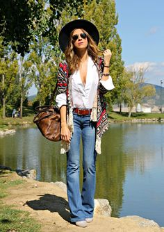 For a dressier look, just wear an ethnic poncho/kimono (statement piece) over a really classic outfit: plain white shirt tucked into a well cut clean jeans.  Spot the hat and the classic leather accessories.  (13 LOOKS PRIMAVERA VERANO 2016 4)