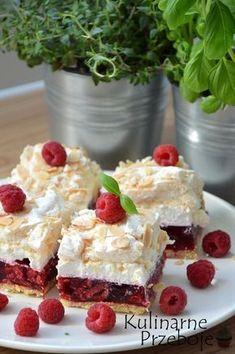 Malinowa chmurka – to ciasto, którego nie da się nie kochać ;) Kruchy spód (możecie zastąpić go ewentualnie herbatnikami lub pokruszonymi ciasteczkami owsianymi wymieszanymi z masłem, jak np. w tym przepisie: Sernik na zimno z malinami (z serka mascarpone)) połączony z malinami, galaretką, kremem i bezą to prawdziwy raj dla podniebienia ;) W sezonie można […] Best Cake Recipes, Sweet Recipes, No Bake Desserts, Dessert Recipes, Sweet Bakery, Just Cakes, Polish Recipes, Dessert For Dinner, Special Recipes