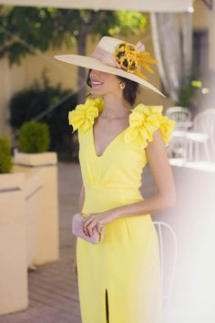 Vestido amarillo boda dia tocado Wedding Guest Looks, Mother Of The Bride, Short Dresses, One Shoulder, Glamour, Style Inspiration, Wedding Dresses, Celebrities, Hats