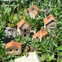 Vesnička - pro milovníky nemovitostí :-) Vesnice o pěti domečkách. Vhodné na skalku, jako dekorace na parapet nebo třeba do květináčů. Největší domeček má výšku 9 cm, nejmenší 4,5 cm. Cena za celou vesničku - 5 ks.