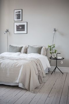 sovrum Grey Bedroom Walls, Bedroom Wall Lights, Soft Grey Bedroom, Bedroom Flooring, Grey Colour Scheme Bedroom, Calming Bedroom Colors, Calm Bedroom, Bedroom Wood Floor, Bedside Wall Lights