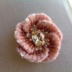 Для финального занятия своего мини курса по вышивке я подготовила об'емный цветок.Будем учиться обрабатывать детали бархатом,чтоб они оставались тоненькими и легкими.Ширина лепестка меньше двух см.Работа будет ювелирная