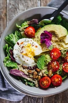 Poached Egg & Avocado Breakfast Salad with quinoa, tomatoes, and spring mix. Vegetarian, gluten free, and delicious!