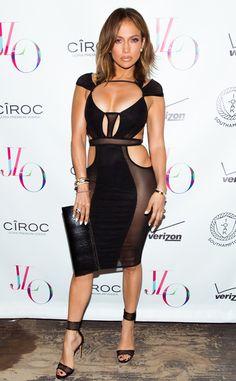 46 ?! de Fashion Police  Jennifer Lopez est magnifique dans cette robe super-sexy Bao Tranchi ! J.Lo est plus canon que quiconque. Avec les panneaux transparents placés de façon stratégique, les découpes torrides et le décolleté mis en avant, Lopez était le centre d'attention à sa fête d'anniversaire. Elle semble rajeunir au lieu de vieillir. Suivez-nous sur Twitter et Facebook !