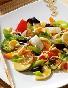 Asia-Gemüsepfanne mit Sprossen: http://www.gofeminin.de/kochen-backen/kalorienarme-rezepte-d60131c671422.html