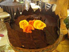 Dulce de chocolate decorado con rosetones y hojas de chocolate... impactante!