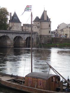 Le Pont Henri IV et la gabare sur la Vienne, Châtellerault, Vienne, France ©Sylvie Charles