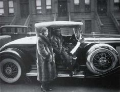 """fashionableartexhibit: """" James Van der Zee, Couple with Racoon Coats, Iconic picture of the Jazz Age in Harlem. The flapper phenomenon was cross racial and Harlem played an important part in. Ella Fitzgerald, Marcus Garvey, Renascimento Do Harlem, Old Photos, Vintage Photos, Iconic Photos, Rare Photos, James Van Der Zee, Romare Bearden"""
