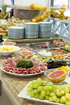 Petit-dejeuner buffet à l'Hôtel Nice Riviera.    Buffet breakfast at the Hotel Nice Riviera.