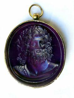 Camée en verre trouvé à Ephèse, certainement obtenu par moule . Il représente Jupiter, le tour est en cuivre . IL date du  18 ème ou 19 ème siècle © http://richardjeanjacques.blogspot.fr/2014/02/les-cameesmerveilles-de-tous-temps.html