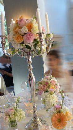 Edle Tischdeko in Pastelltönen mit peach, Apricot, rosa und weiss. Blumenkugel an Silberleuchter wirkt sehr festlich. Hochzeit in der Villa Borgnis in Königstein