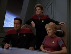 """Star Trek: Voyager Screencap--""""Future's End""""...And why shouldn't Captain Janeway stand this way in an officers' meeting (part 5)?"""