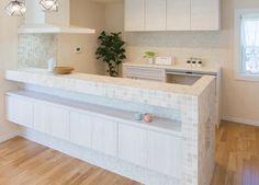 モザイクタイルの造作キッチンカウンター、家族との会話が弾む対面式です。|キッチン|インテリア|カウンター|タイル|シャビーシック|おしゃれ|壁面収納|ウッド|リビング|かわいい|