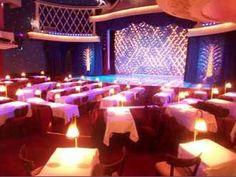 """Situé au pied de la Butte Montmartre, l'élégant cabaret """"La Nouvelle Eve"""" est une salle originale, atypique et mythique qui confère à l'événement son caractère d'exception.  Ce théâtre à l'italienne dispose d'une capacité de 280 personnes assises pour le diner et de 300 personnes maximum pour un cocktail réparties sur 2 niveaux (parterre et mezzanine).  Fait rare dans ce type de lieu, le traiteur n'est pas imposé."""