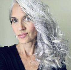 Grey White Hair, Long Gray Hair, Gray Hair Growing Out, Grow Hair, Grey Hair Inspiration, Gray Hair Highlights, Transition To Gray Hair, Peinados Pin Up, Mom Hairstyles