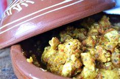 Wanneer je voor het eerst met een tajine kookt moet je het wel direct goed doen vind ik. En daarom maakte ik Marokkaanse kip uit de tajine, heerlijk!
