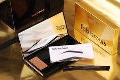 FAB BROWS - Tener unas cejas perfectas puede resultar complicado, por eso los kits de @fabbrows son un imprescindible: Todo lo que necesitas para enmarcar tu mirada en un lujoso packaging. ¡Disponible en el salon, hazte con el tuyo!
