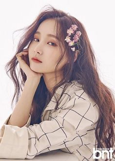 We send our condolences to MOMOLAND's Yeonwoo who recently lost her grandmother. According to MOMOLAND's agency, Yeonwoo will be halting all activites and group's schedule to be with her family. Kpop Girl Groups, Korean Girl Groups, Kpop Girls, Cute Korean Girl, Korean Beauty, Asian Beauty, Asian Woman, Asian Girl, Cosmic Girl