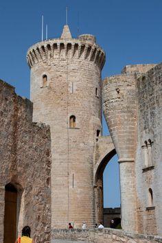 Castell de Bellver, Mallorca/Spanien Drei Kilometer westlich von Palma liegt die Festung Castell de Bellver auf einem 112 m hohen Hügel mit schönen Blick auf die Hauptstadt, die Kathedrale und den Hafen. Die Burg wurde 1311 erbaut und umgibt kreisrund den Innenhof. In jeder Himmelsrichtungen steht jeweils eine runder, stabiler Turm. Es befindet sich ein Museum in der unteren Etage.