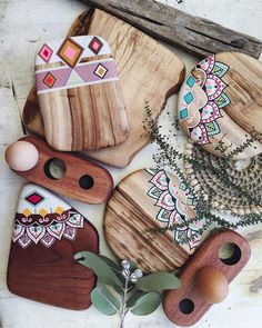 Wood serving board projects can be done in a large number of ways. Here are our top wood serving board projects… Wooden Crafts, Resin Crafts, Resin Art, Diy Arts And Crafts, Crafts To Make, Diy Crafts, Diy Cutting Board, Creation Deco, Painted Boards