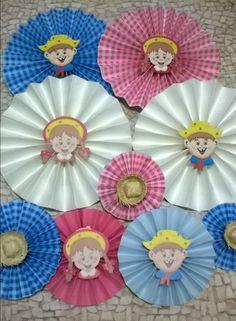 Kit composto de nove fioratas no tema festa junina nas cores rosa e azul. Confeccionadas em papel de alta qualidade com todo carinho e capricho para deixar ainda mais charmosa sua festa. 04 Fioratas M de 24 cm, sendo 02 lisas e 02 estampadas. 03 Fioratas P de 16 cm, sendo 02 lisas e 01 estamp... Silhouette Online Store, School Decorations, Rapunzel, Art For Kids, Art Projects, Diy And Crafts, Mandala, Lily, Christmas Tree