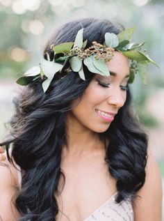 If you like the flower crown trend, but don't want to commit to wearing colorful flowers in your hair, consider greenery crowns, instead. Free of florals, greenery crowns bring a simplistic touch of the bohemian to your wedding day look. Floral Headpiece, Headpiece Wedding, Bridal Headpieces, Flower Girl Hairstyles, Wedding Hairstyles, Bridal Beauty, Bridal Hair, Safari Wedding, Boho Wedding