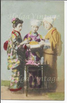 Antique Japanese hand-tinted postcard with 3 Geishas in kimono early Photo Postcards, Vintage Postcards, Japanese Fence, Japan Beach, Kobe Japan, Japanese Geisha, Nagasaki, Japan Photo, Kendo