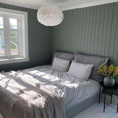 Antique Green fra Jotun har en dempet grønn tone. Få inspirasjon om Jotun Antique Green fra ekte hjem Bedroom Wall Colors, Bedroom Green, Boho Bedroom Diy, Bedroom Decor, Black Bedroom Design, Minimalist Bedroom, Dream Decor, Interior Design, Furniture