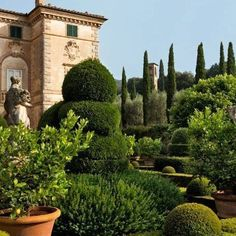 I do miss Italy. VILLA CENTINALE The garden façade of Villa Cetinale, the Tuscan residence of Ned and Marina Lambton, the Earl and Countess of D. Tuscan Garden, Italian Garden, Italian Villa, Tuscan House, Italian Style, Formal Gardens, Outdoor Gardens, Formal Garden Design, Photos Voyages