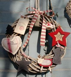 Aankomende kerst wordt nog sfeervoller als er authentieke decoratie om je heen is! Van vintage kleding tot schattige kerstballen..