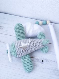 Troetels en zo: HAAKPATROON MUZIEKMOBIEL VLIEGTUIGJES Crochet Home, Diy Crochet, Handmade Baby, Handmade Toys, Baby Jokes, Crochet Baby Mobiles, Crochet Keychain Pattern, Crochet Squares Afghan, Crochet Backpack