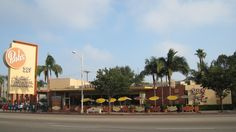 Image from http://upload.wikimedia.org/wikipedia/commons/a/a2/BobsBigBoy_Burbank.jpg.