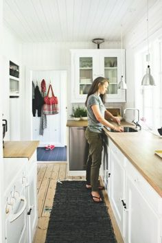 8 Scandinavian Design Ideas To a Better Beach House Kitchens, Home Kitchens, Beach Cottage Style, Compact Living, Scandinavian Design, Sweet Home, Architecture, House Styles, Holiday Decor