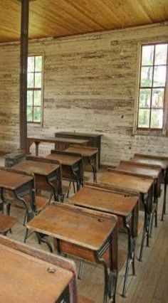 Old Country School Room & Desks. I attended a one room school in the first grade, New Daugherty in Orange County, Indiana Country School, Country Life, School Memories, Childhood Memories, Shabby, Retro, Old School House, School Desks, Vintage School