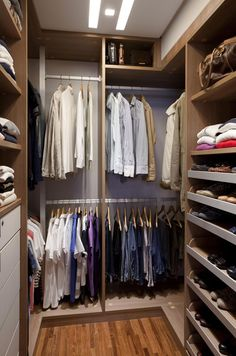 Conheça algumas dicas de organização e veja como fazer o seu closet pequeno funcionar. Saiba quais são os itens necessários para deixar o seu closet melhor.
