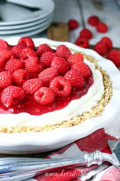No-Bake Raspberry Cream Cheese Pie: A sweet cream cheese base is topped with a tart raspberry filling plus more fresh raspberries in this easy no-bake pie that's sure to be a summer time favorite. Homemade Desserts, Healthy Dessert Recipes, Easy No Bake Desserts, Vegetarian Recipes, Cream Cheese Pie, Cheese Pies, Tart Recipes, Fudge Recipes, Vanilla Wafer Crust