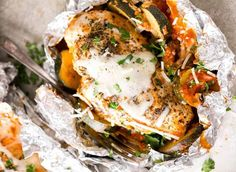 Parmesan Chicken Foil Packets are a complete dinner in a tidy little packet! Veggies, tomato sauce & chicken breasts are topped with mozzarella cheese. 'Use gf pasta Foil Packet Dinners, Foil Pack Meals, Foil Dinners, Barbacoa, Tomato Sauce Chicken, Barbecue Chicken, Grilling Recipes, Cooking Recipes, Healthy Recipes