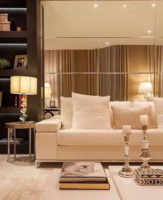 Detalhes de um living belíssimo by @moniserosaarquitetura.