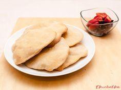 """Chlebové placky: """"Chlebové placky jsou výborná příloha k nejrůznějším salátům grilovanému masu nebo pikantním fazolím. Dají se rozkrojit naplnit a připravit jako orig..."""" Ethnic Recipes, Food, Essen, Meals, Yemek, Eten"""