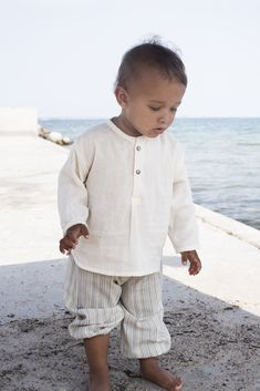 Cute shirt for both girls and boys, light woven gauze with small slits in the side and flat collar.