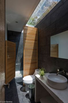 Swinging wooden door for the shower - RGT House by GBF Taller de Arquitectura