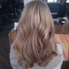 Sandy hair tone, cute - All For Hair Cutes Beige Hair Color, Blond Beige, Brown Blonde Hair, Hair Color And Cut, Beige Blonde Balayage, Ash Beige, Sandy Blonde Hair, Dark Blonde, Cheveux Beiges