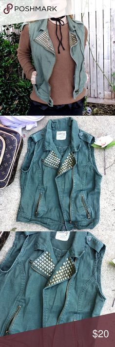 Army Moro vest 🌵 Moto type style vest! Great for layering and the army colored green looks great for the fall and upcoming winter 🍃❄️️ is a size medium but can also fit a size small as well ✨🙌🏼 Jackets & Coats Vests