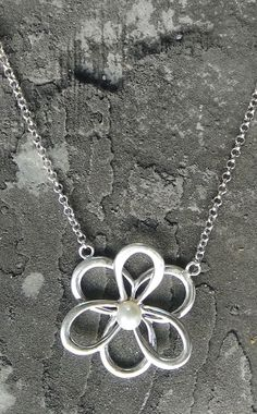 silver flower pendant neckalce with pearl