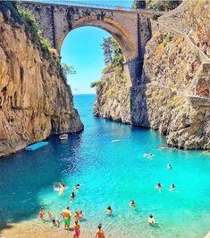 Costa Amalfitana. . En la bella Italia conseguir parajes así para perderse de la rutina es fácil. . Amalfi es un destino para coleccionar.…