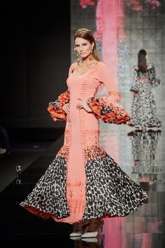 traje-flaenca-salmon Coral, Salmon, Runway, Dresses With Sleeves, Victorian, Culture, Formal Dresses, Long Sleeve, Exotic