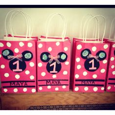 Love this idea for Zi 4th bday and Khymarrii 1st birthday(Boy themed of course)  Acrylic paint for the white Dots